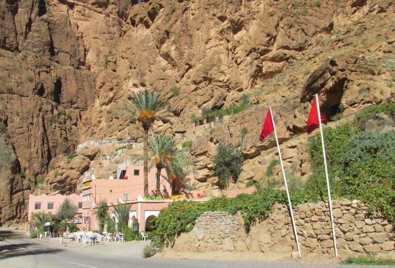 Restaurante na garganta da montanha, Marrocos imagem de stock