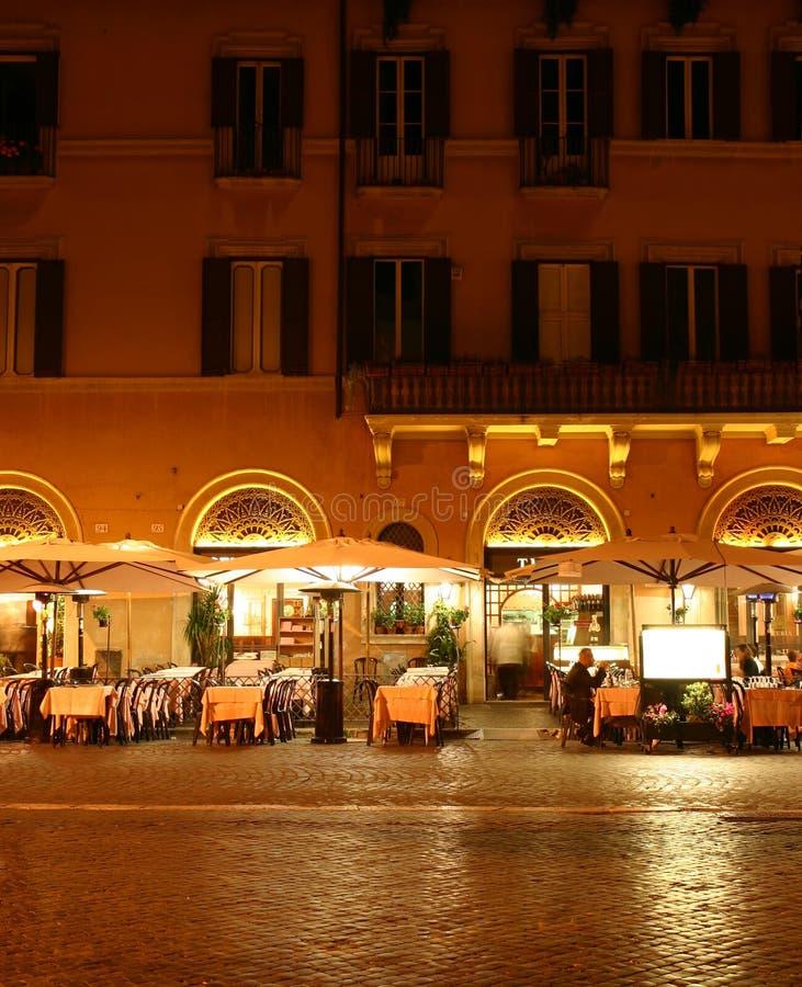 Restaurante na noite imagens de stock royalty free