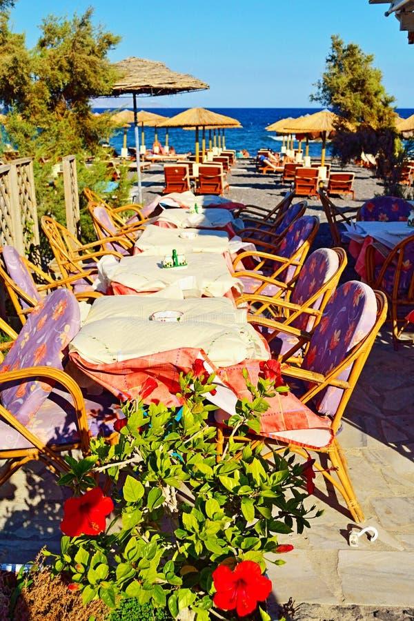 Restaurante negro Kamari Santorini Grecia de la playa fotos de archivo libres de regalías