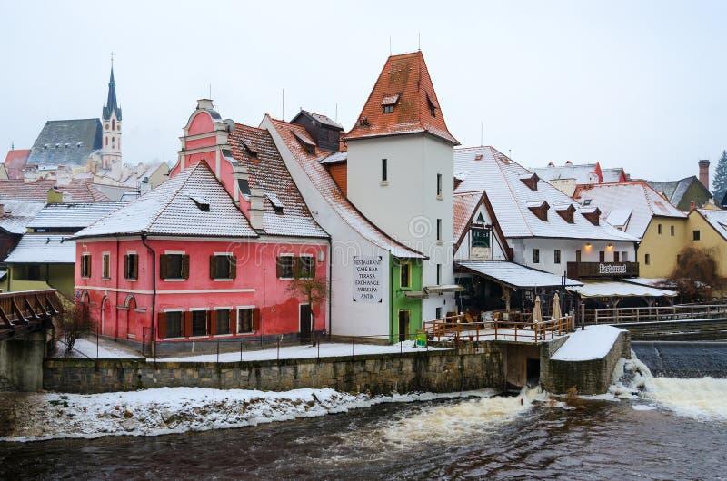 Restaurante no banco do rio de Vltava no centro histórico de Cesky Krumlov, República Checa fotografia de stock