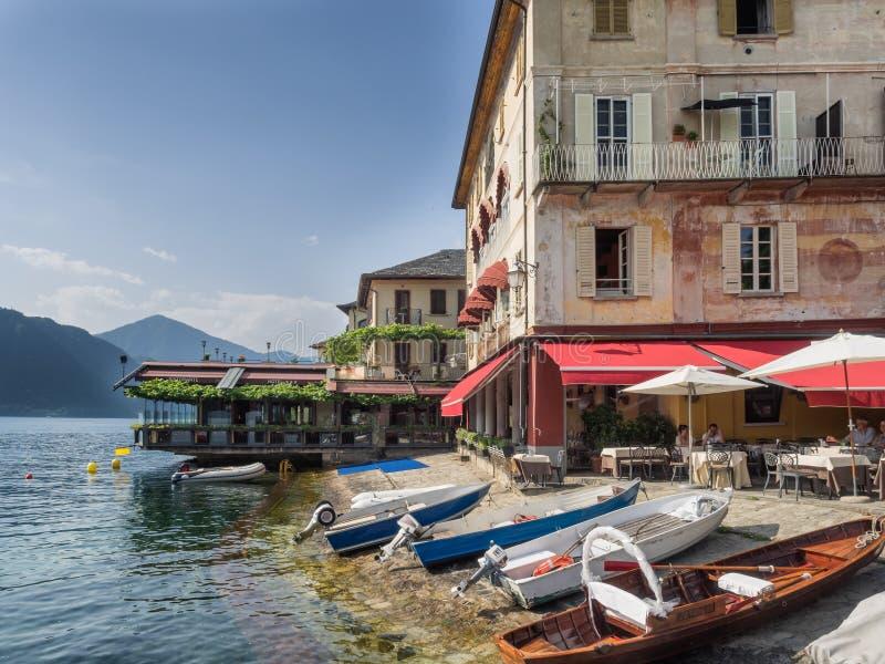 Restaurante no banco em Orta, distrito italiano do lago foto de stock