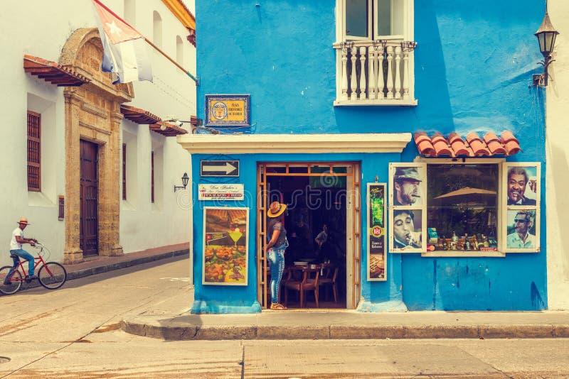 Restaurante no canto na plaza Fernandez de Madrid na carretagem foto de stock