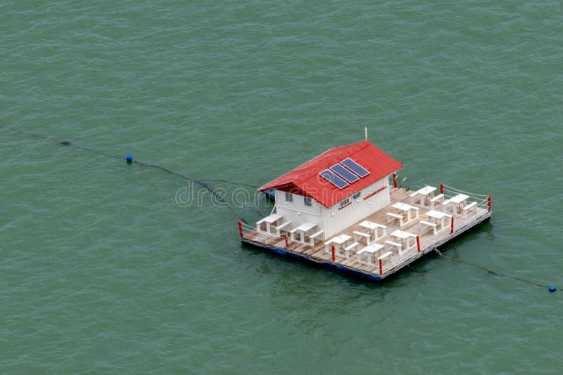 restaurante no lago em Baía de Brasil imagens de stock royalty free