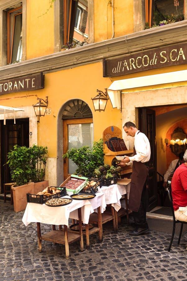 Restaurante no ruas típicas de Roma fotografia de stock