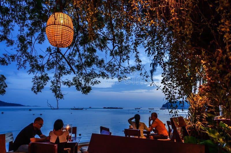 Restaurante perto da praia, praia de Rawai, Phuket, Tailândia imagens de stock