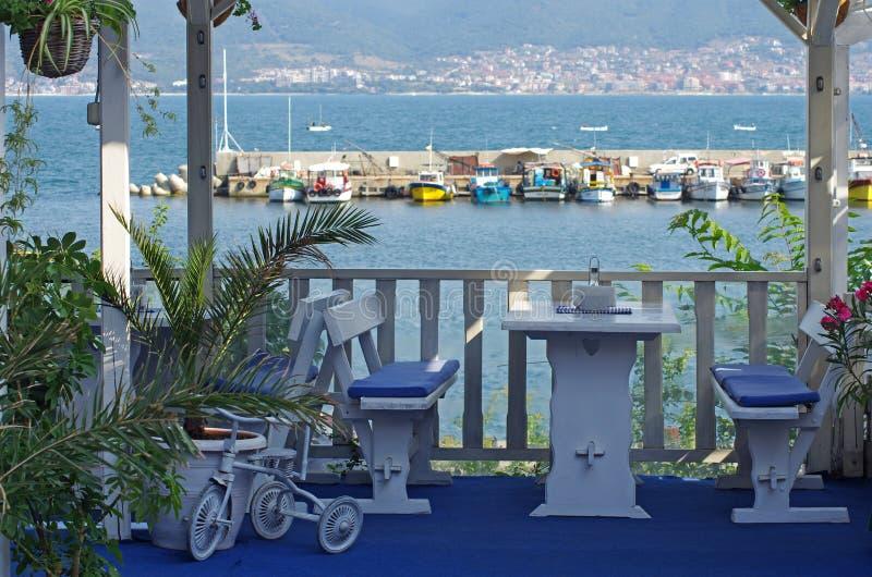 Restaurante por el mar con las tablas vacías fotografía de archivo libre de regalías