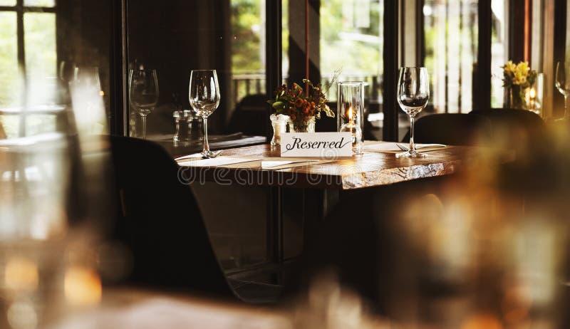 Restaurante que enfría hacia fuera concepto reservado de la forma de vida con clase imagen de archivo