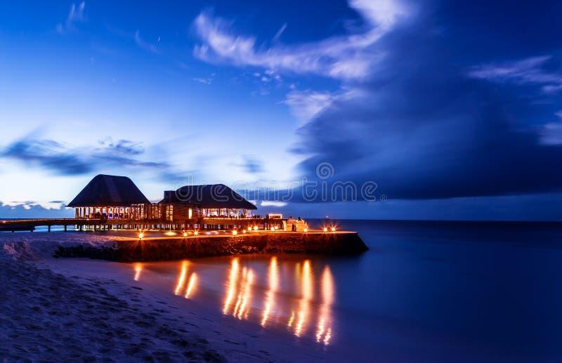 Restaurante romántico en la playa fotos de archivo libres de regalías