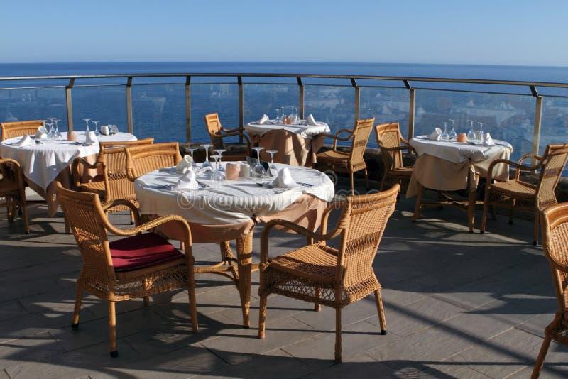 Restaurante romântico da opinião do mar fotografia de stock royalty free