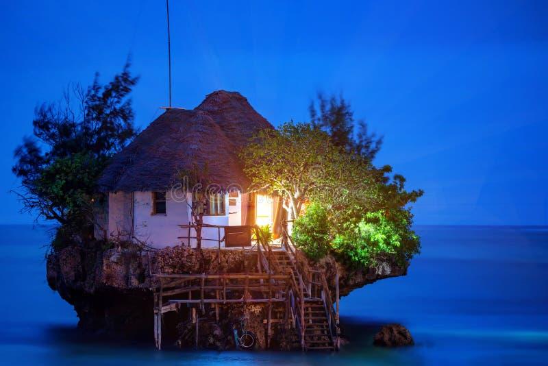 Restaurante romântico da rocha foto de stock royalty free