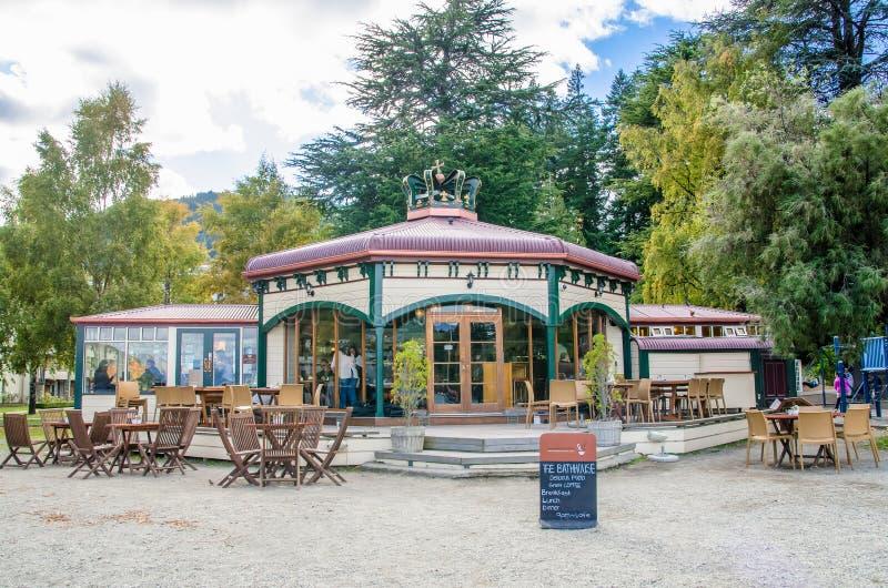 Restaurante situado na beira do lago do lago Wakatipu em Queenstown, Nova Zelândia foto de stock