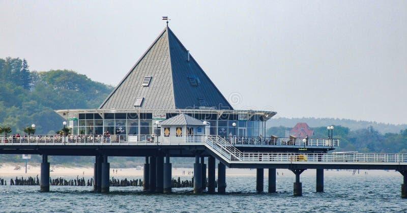 Restaurante situado no cais em Heringsdorf em Alemanha fotos de stock