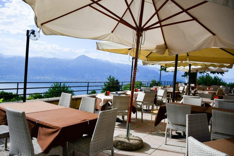 restaurante sobre el lago Garda, Italia foto de archivo libre de regalías