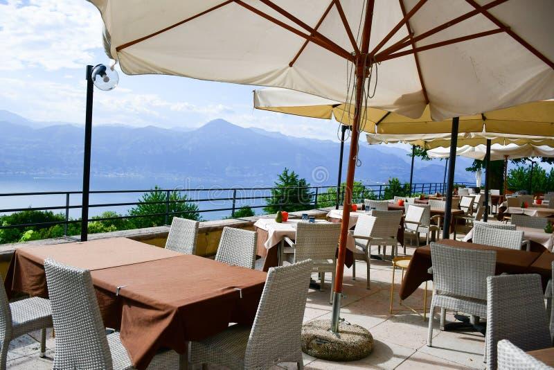 restaurante sobre el lago Garda, Italia fotografía de archivo