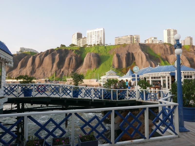 Restaurante sobre um cais no distrito de Miraflores de Lima fotografia de stock royalty free