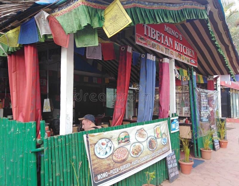 Restaurante tibetano de la cocina en el pueblo de Morjim, Goa, la India fotos de archivo libres de regalías