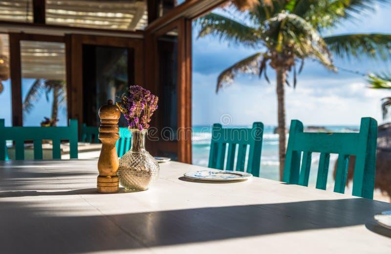Restaurante tropical da praia do Seascape, foco raso foto de stock