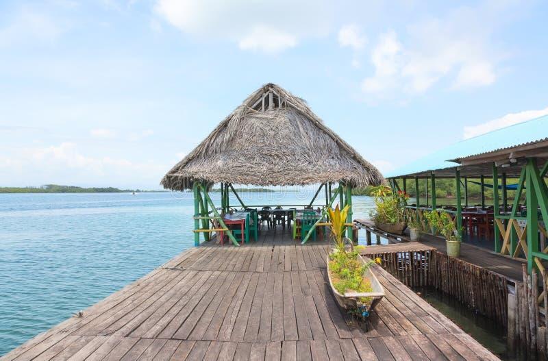 Restaurante tropical nos pernas de pau foto de stock royalty free