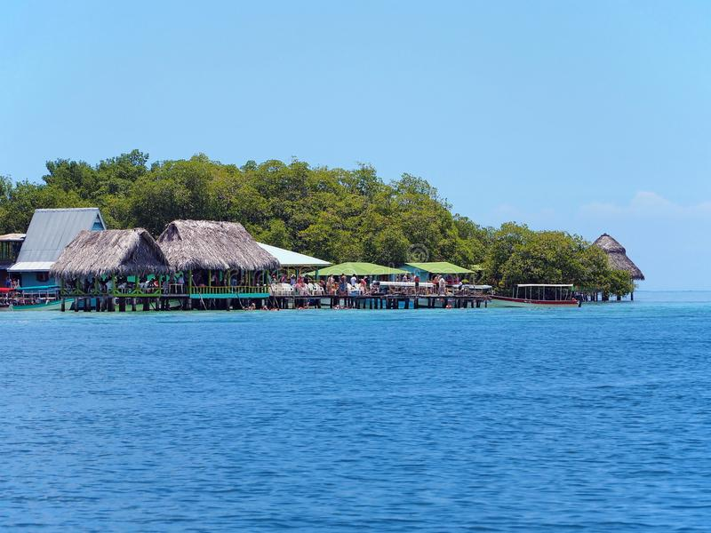Restaurante tropical sobre o mar fotos de stock