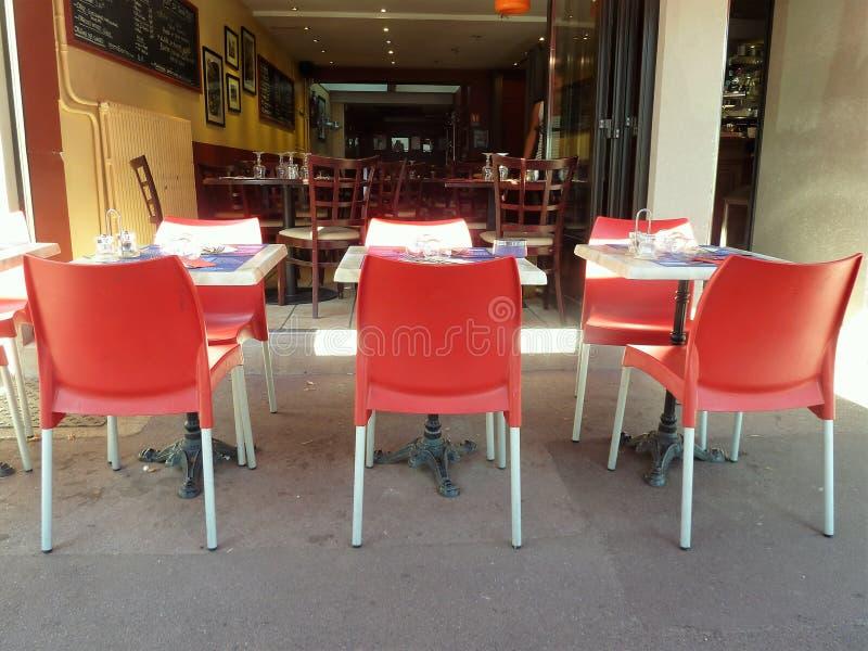 Restaurante vazio com tabelas alafresco imagem de stock