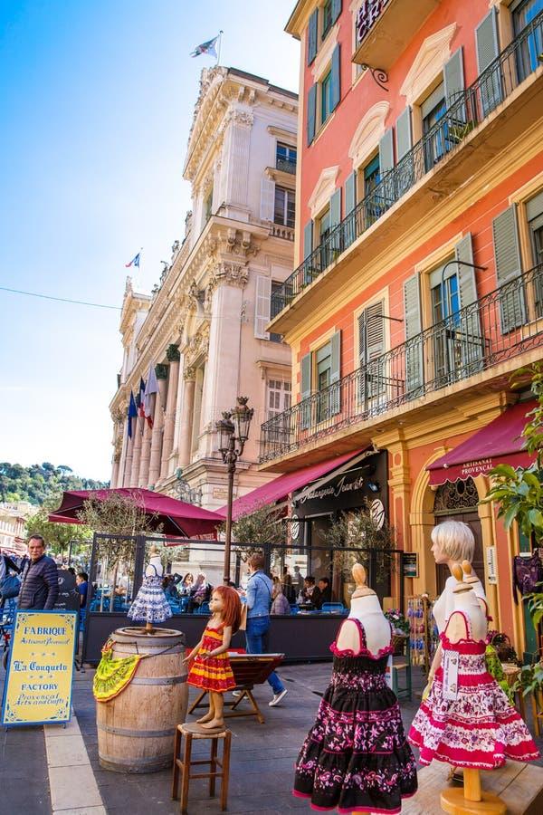 Restaurante y edificio medieval viejo en Niza, Francia foto de archivo