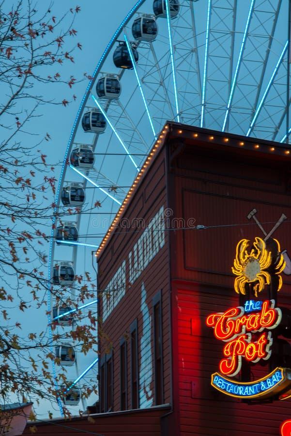 Restaurante y noria de la costa de Seattle foto de archivo