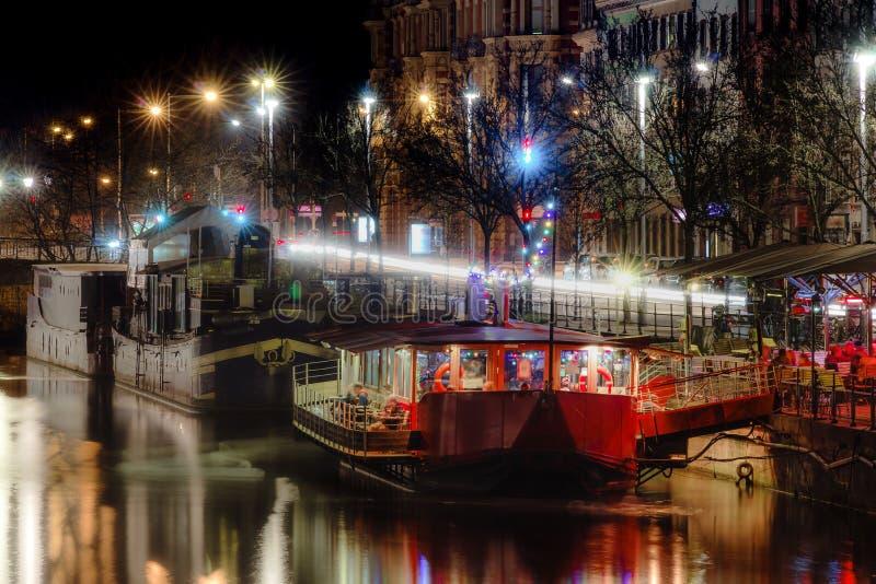 Restaurantes da noite nos barcos grandes, mal do rio em Strasbourg foto de stock