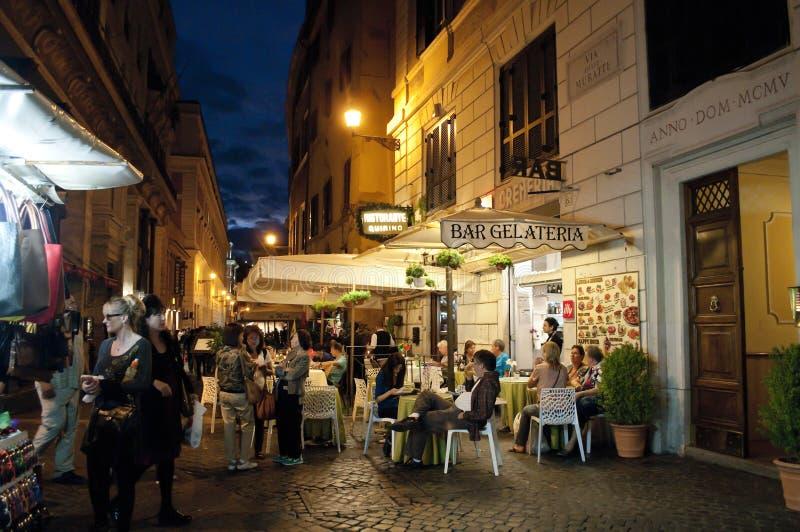Restaurantes da rua no distrito na noite, Roma do Trevi, Itália fotografia de stock royalty free