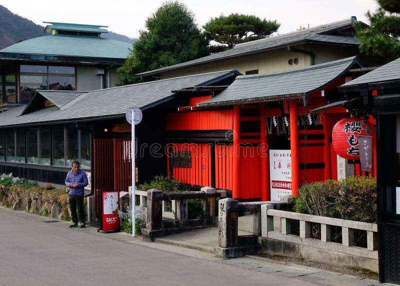 Restaurantes de madera situados en la calle principal en Nikko, Japón foto de archivo libre de regalías