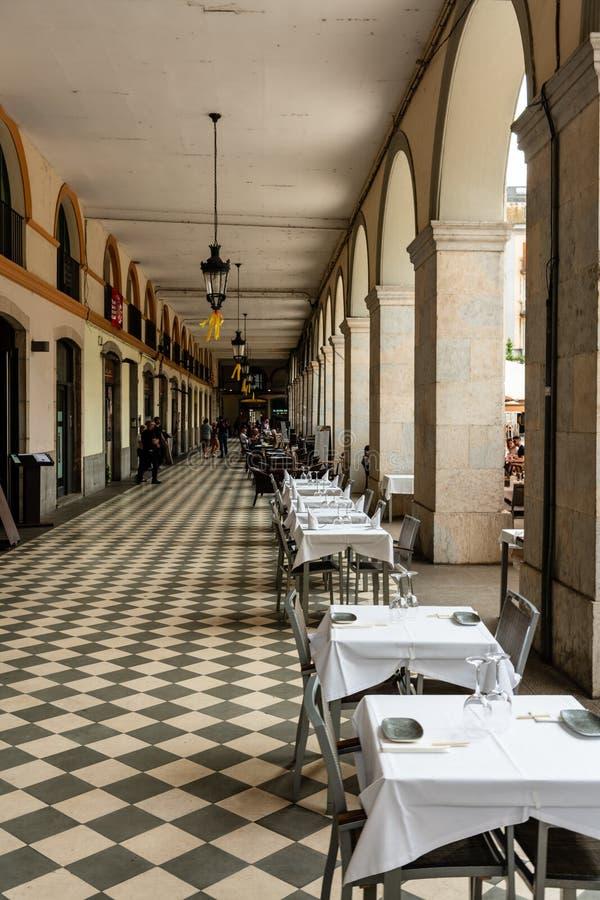 Restaurantes e cafés no Plaça de la Independencia durante o dia Girona foto de stock