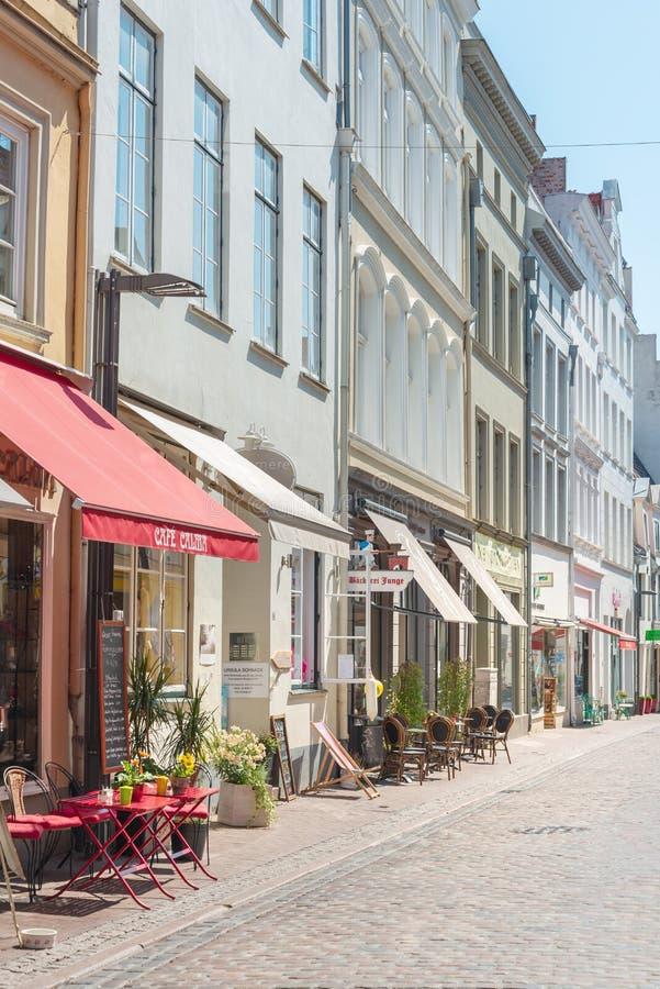 Restaurantes en ciudad vieja en Lubeck, Alemania imágenes de archivo libres de regalías