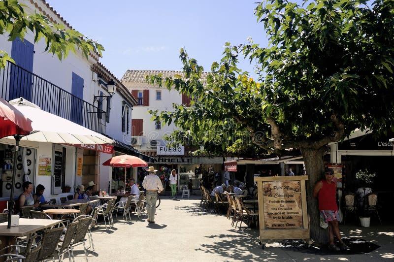 Restaurantes en el centro de ciudad del Saintes-Maries-de-la-Mer foto de archivo