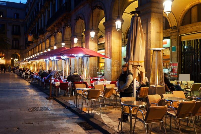 Restaurantes en Placa Reial en noche del invierno Barcelona imagen de archivo libre de regalías