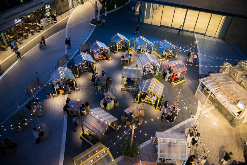 Restaurantes exteriores no terraço do shopping Hora azul Orienta??o da paisagem imagens de stock royalty free