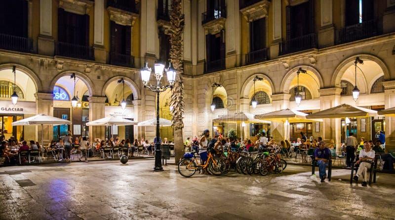 Restaurantes exteriores, Placa Reial, Barcelona, Espanha imagens de stock