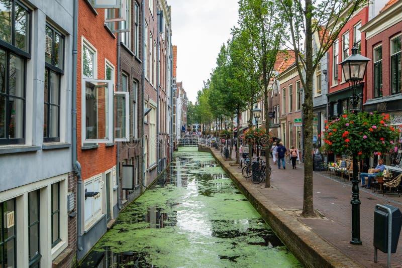 Restaurantes, turistas que hacen compras y casas a la derecha en el canal, th foto de archivo libre de regalías