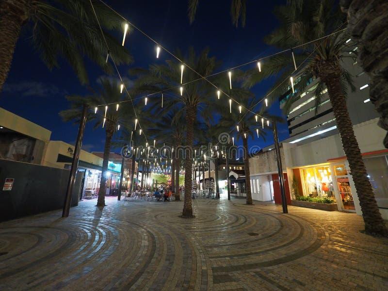 Restaurantes y barras de la plaza de Giralda, Coral Gables, en la noche fotos de archivo