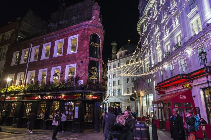 Restaurantes y pubs en Soho en Londres, Inglaterra, Reino Unido imagen de archivo