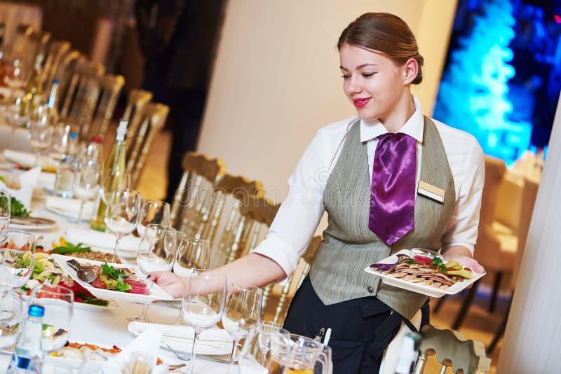 Restaurantkellnerin-Umhüllungstabelle mit Lebensmittel stockfotos
