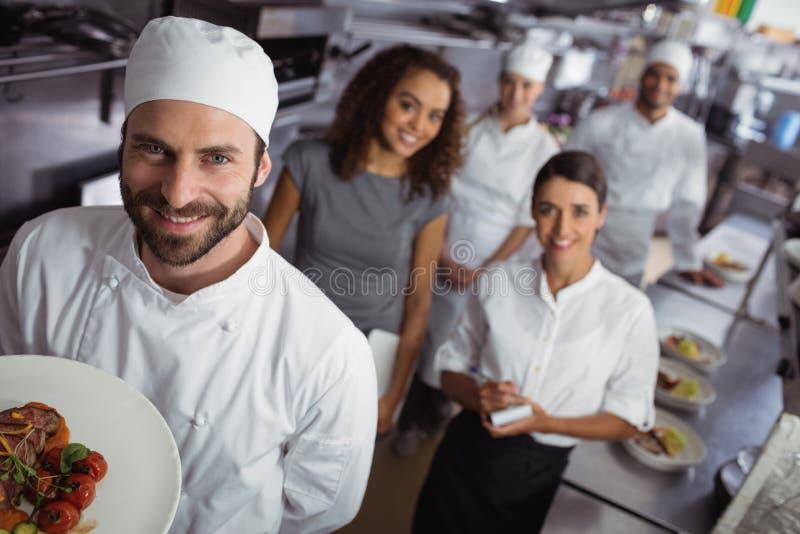 Restaurantmanager mit seinem Küchenpersonal stockbilder