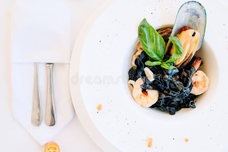 Restaurantmeeresfrüchteschwarz-Teigwarenrezept stockbilder