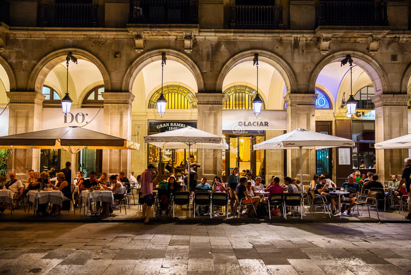 Restaurants dans Placa Reial à Barcelone photos stock