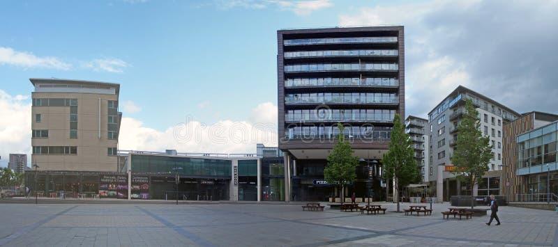 Restaurants de barres et immeubles modernes dans le secteur de dock de Leeds autour d'une place publique avec des arbres et des b images libres de droits