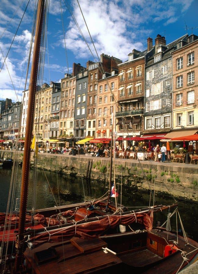 Restaurants de bord du quai, Honfleur, France image libre de droits
