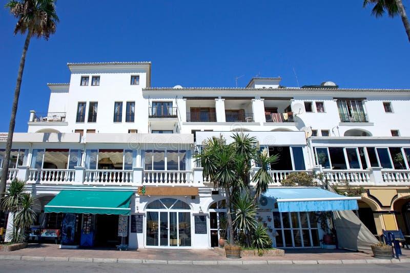 Restaurants en staven in haven Duquesa in Zuidelijk Spanje royalty-vrije stock foto