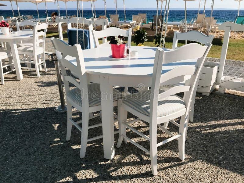 Restaurants et barres bien dispos?s le long de la plage de Nikiti, p?ninsule de Sithonia, Chalkidiki, Mac?doine centrale, Gr?ce image stock