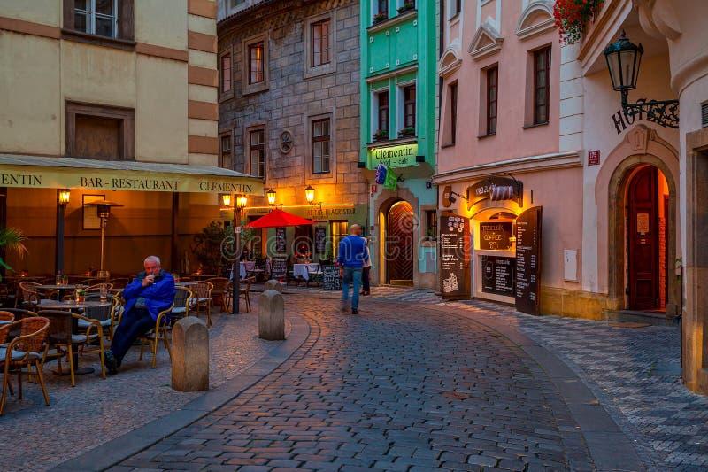 Restaurants im Freien auf Abendstraßen von Prag stockfotografie