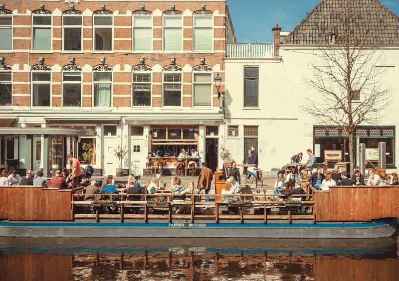 Restaurants im Freien auf Wasser, Riverboats mit hungrigen Besuchern an der Mittagspause am sonnigen Tag auf Kanälen stockbild