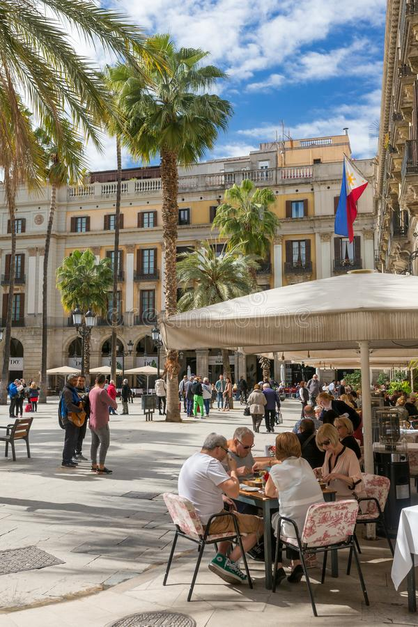 Restaurants im Freien bei berühmtem Placa Reial in Barcelona, Spanien lizenzfreie stockfotografie
