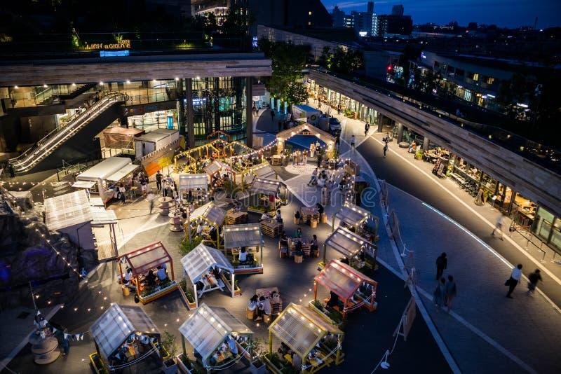 Restaurants im Freien an der Terrasse des Einkaufszentrums Blaue Stunde Kann als Hintergrund oder Tapete verwendet werden stockbilder